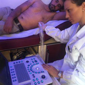 Dottoressa visita un paziente