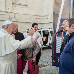 Il papa benedice il Camion del Cuore